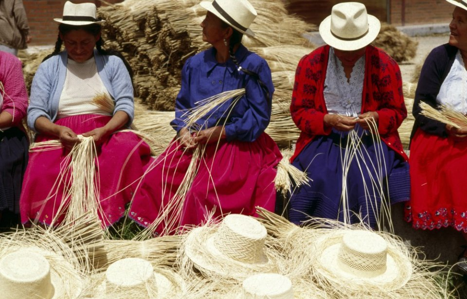Olkihattuja käsityönä Ecuadorissa
